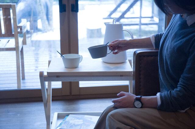 天板を替えれば、そのまま小さなテーブルに。ひとりでくつろぐ時間に、または、誰かとワゴンを囲んでも。