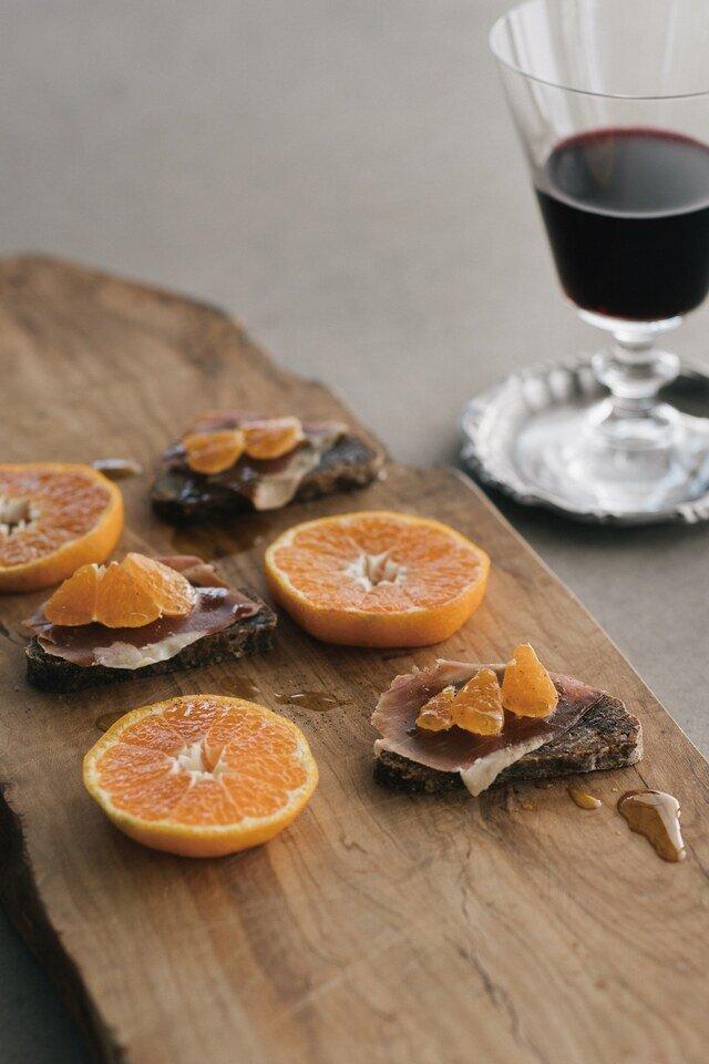 手軽で幅が広がるのは、スライスしたシュトレンにお好きなフルーツをのせていただくスタイル。