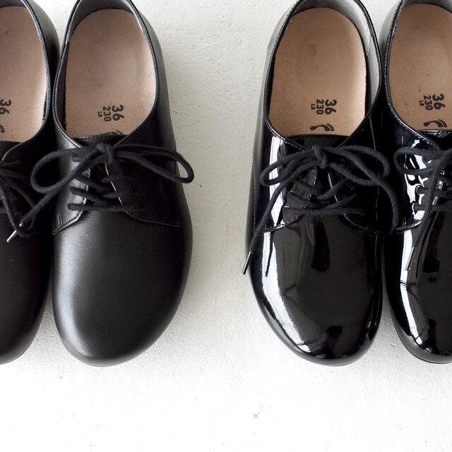 左より、 【natural black】上質な質感のスムースレザー。柔らかな履き心地で、足にも馴染みやすくなっています。 【patent black】艶やかな光沢感が魅力のエナメルレザー。丈夫で耐久性にも優れています。