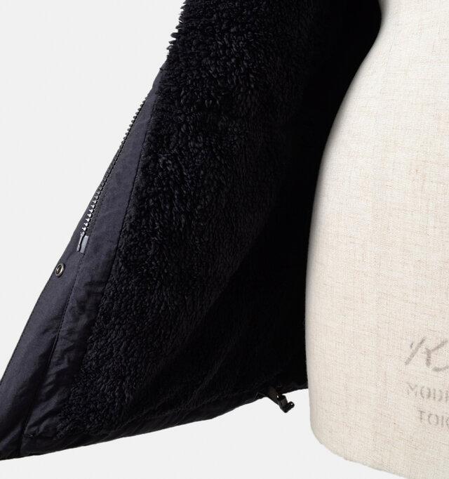 本体にはフリース、袖には中綿を入れた動きやすく暖かい設計。裾裏のコード調節で冷気の侵入やバタつきを防ぎます。