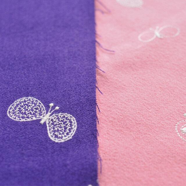たとえばピンク x パープルは、 長く使い込むことで裏面のパープルが現れ経年変化が楽しめる仕様です。 蝶の羽模様が刺繍で繊細に表現されたchoucho(チョウチョ)は、 minä perhonenの大人気のスタンダード柄。