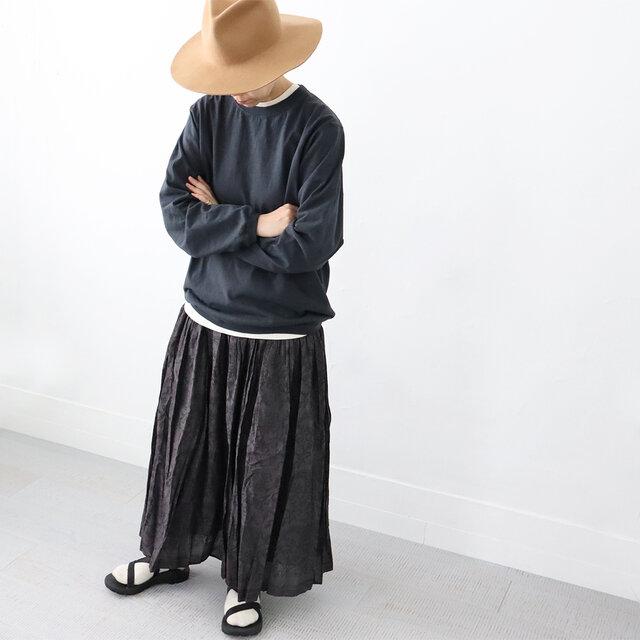 外せないチャコール。 黒より少し優しい感じで好きな色です。  ユニセックスサイズなので、着丈はちょっと長めですが、裾にリブが入っているので ボトムスによっては、腰でくしゅっとたるませるとバランスよく着れます!!
