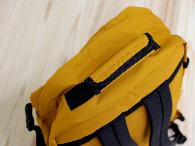 (44L)こちらは上部の持ち手です。ここを持てば、縦型のブリーフケースとしても使用可能。