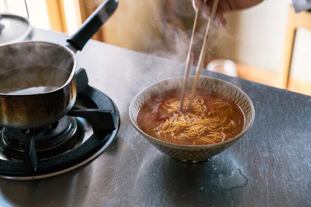 茹であがったらチャッチャチャッと湯切りをし、スープに盛りつけて、ネギをたっぷり添えましょう。