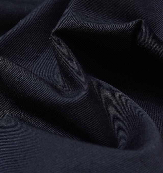 控えめで上品な光沢感と伸縮性、コシを持ち合わせたコットンブロードクロスを使用。  ※navyはblackに近い色味です。
