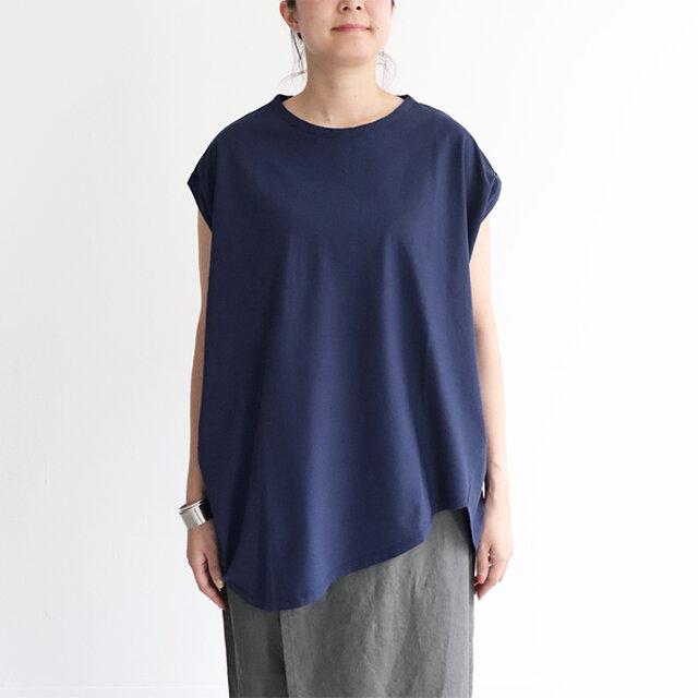 ラウンドにカットした裾に袖口、ゆったりとした身幅など、「TRAVAIL MANUEL」ならではのユニークなディテールに。