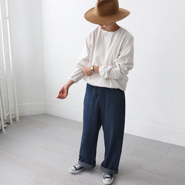 真っ白じゃなく柔らかいアイボリーはソフトで優しい印象。 長袖だとこのぐらいの色合いの方がコーディネートにも馴染みやすくて使えますよね。