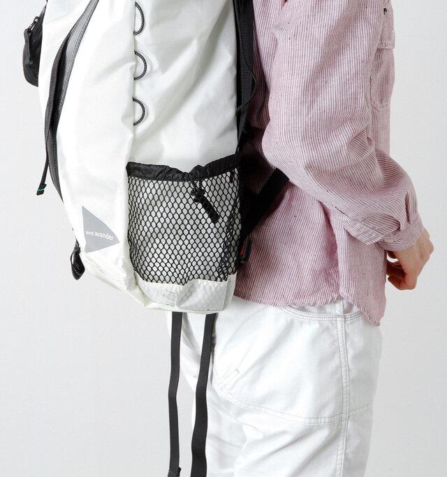 両サイドにはペットボトルがちょうど入るメッシュポケットが付いています。右下にある「and wander」のロゴがポイントに♪
