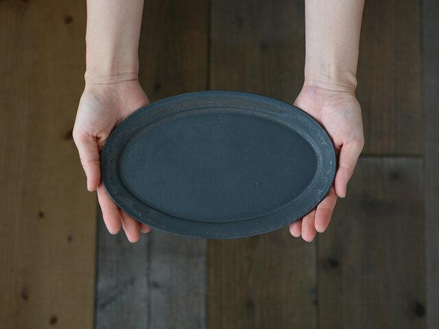 繊細な作りがよく分かるオーバル皿。かすれたような色ムラは、手作りでしか出せない味。