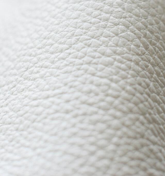 キメが細かくしなやかで、しっとりとした質感がとても上品な牛革。とてもやわらかく、足の形にスッと馴染み、履き込む程に風合いを増します。少し力の抜けた、優し気なフォルムは、この柔らかいレザーが理由です。【イギリス製】