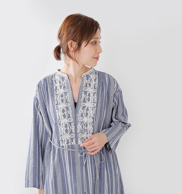 胸元の繊細な コード刺繍が印象的で、 クラシカルな雰囲気。  ゆったりシルエットに 胸元のV開き、 サイドのスリットなど、 女性らしい要素がたっぷり。