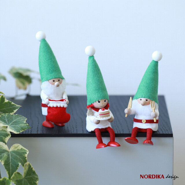 北欧のクリスマスには欠かせない「ニッセ」。 デンマークでは家庭に幸せを運んでくれるとも言われている妖精です。 赤い帽子と愛くるしい顔が魅力的。