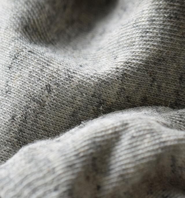 サラリと軽い、コットン・リネン混の、お肌にやさしい素材。通気性と吸湿性に優れ、蒸れにくく快適です。