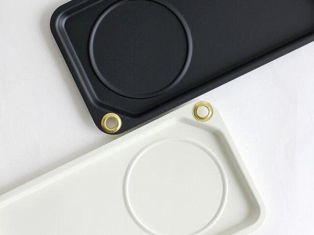 角のハトメは、デザインのアクセントになっているだけでなく、食器を洗い終えた後や収納時に掛けて置くのにも便利。 カラビナを取り付けてアウトドアシーンで使うのもおすすめです。