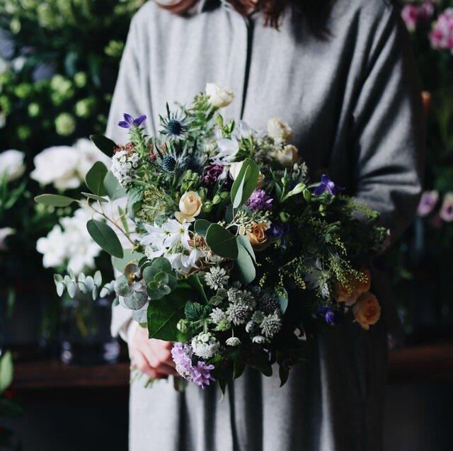 個性のあるカラフルな花々と、たっぷりのグリーンを合わせてナチュラルに。