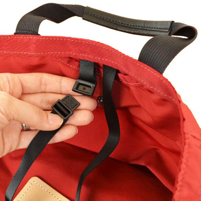 前側内装についているストラップは、自転車のハンドルなどに通すことでバッグの盗難防止になります。使用しない時は収納可。