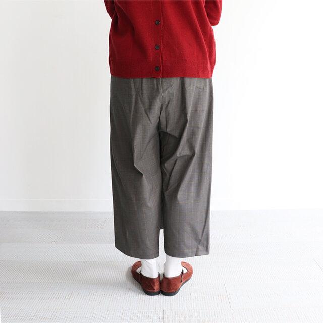 股上が深めで、イージーでリラックス感のあるラフな穿き心地。 ゆとりあるサイズ感ながらも、タイトスカートのようなすっきりと見えるシルエットです。