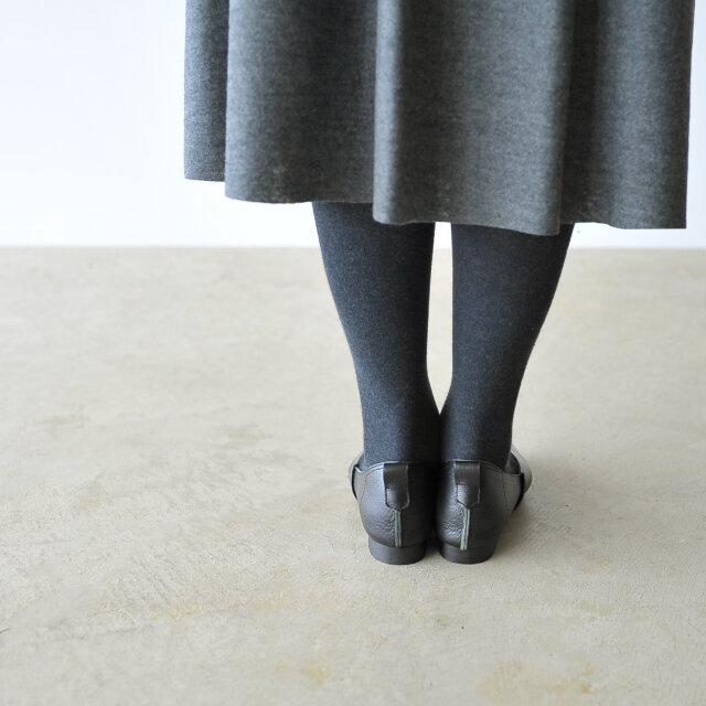 踵部分も縫い代がアクセントになり、うしろ姿を大人可愛く演出します。