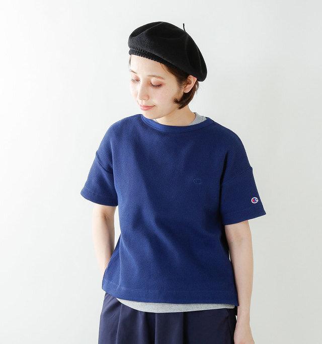 ゆったりとしたシルエットで、リラックスした雰囲気の半袖Tシャツです。