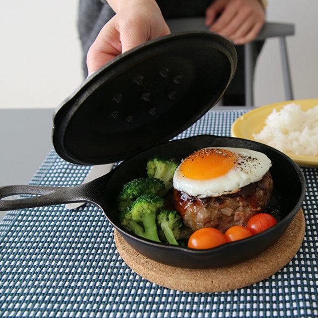 別売りのフタは、あると調理に深みが増します。 しっかり閉じると圧力がかかり、硬い食材を柔らかく仕上げてくれます。煮込み、蒸し焼きなど、無水・無油のヘルシーな調理も美味しくできます。