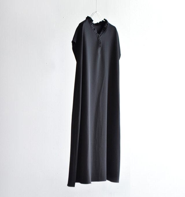 ストレッチ素材を使用した、Aラインシルエットのフリルワンピース。 裾に向かって流れるようにラインを描く、美しいドレープの印影が印象的。