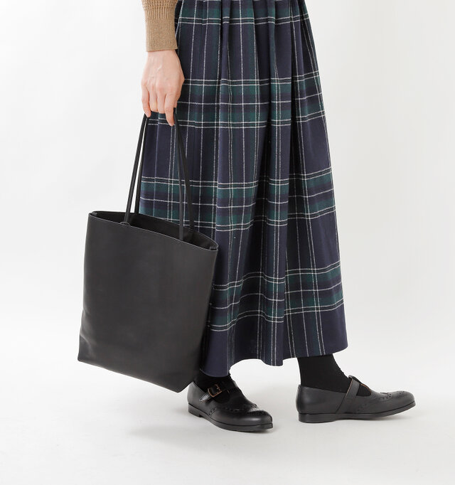 シンプルなデザインでシーンを問わず使いやすい、A4サイズの書類も収納可能なレザートートバッグ。華奢なハンドルはバッグをエレガントに印象付けてくれます。