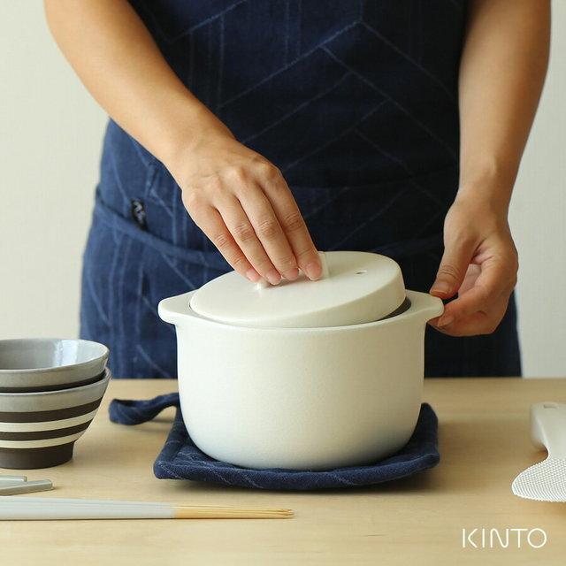 やわらかいフォルムがなんだか可愛い土鍋。 たまには白米を主役に食卓を囲んでみるのも良いですね。