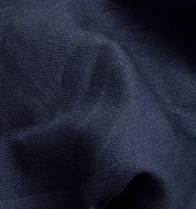 表面には適度に光沢感のある上品な印象の生地を使用しています。柄の部分以外は少し透け感があり、大人っぽい雰囲気。