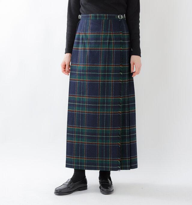 サラリとした質感のウール100%のロング丈スカート「5093w」。今シーズンは起毛感があり温もりを感じるウール混生地で別注し、aranciatoのために特別に作っていただきました。
