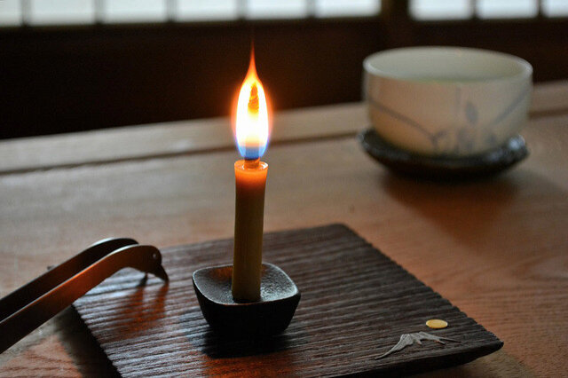 和ろうそくの芯は、太く、蝋の吸い上げが良いので、空気がしっかり供給されます。そのため、炎が大きく上に伸び、優しくあたたかなひとときを演出してくれます。