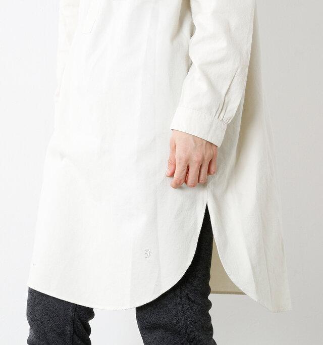 こちらのワンピースは裾がラウンドし、サイドに大きくスリットが施されているのが大きな特徴です。ボトムスとのレイヤードが軽やかに映り、こなれた着こなしを楽しめます。左隅にはGymphlexでお馴染みのグリフィンマークがボディと同色で刺繍されていて、スタイリッシュなアクセントになっています。