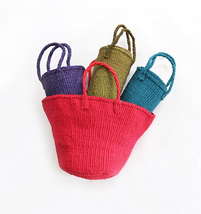 丈夫な素材ながら柔らかさも併せ持ち、この通りコンパクトに畳むこともできます。 ハンドメイドで1つ1つ丁寧に編まれたかごバッグは耐久性もあり、長く愛せる一品です。