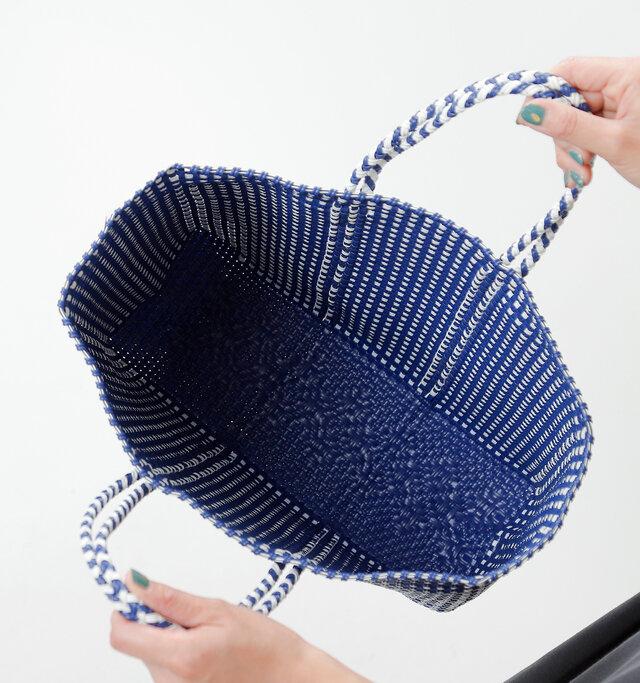 さすがマルシェバッグとして使用されているだけあって大きく開く間口は、荷物が入れやすくて便利◎ 内側はポケットのない、シンプルなディテール。立体的な形状でマチ幅があるので、嵩張る荷物もしっかり入ります。