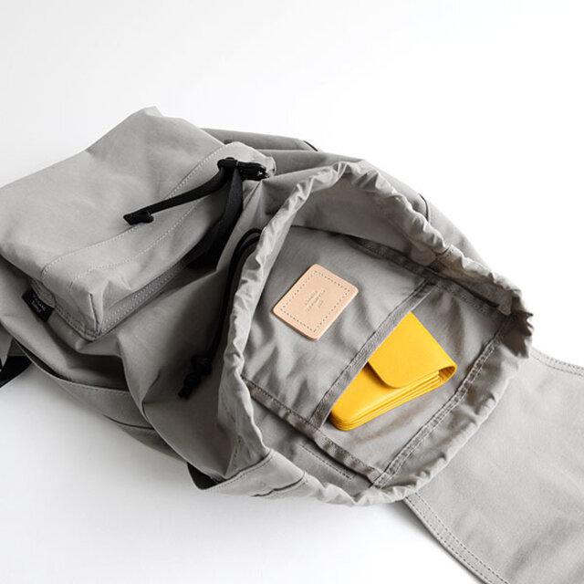 中は、シンプルな吊りポケット付きの作り。A4ファイルも収納可能です。