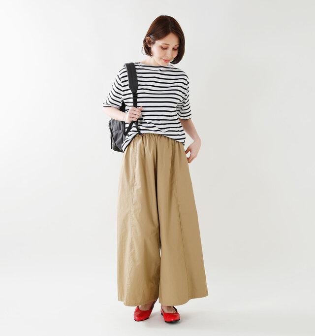 color : white×black / size : 4   大きめのワイドサイズをざっくりと着こなして抜け感をプラスしたり、フロントだけボトムインするスタイルもオススメ。自分なりの着こなしを楽しんでくださいね。