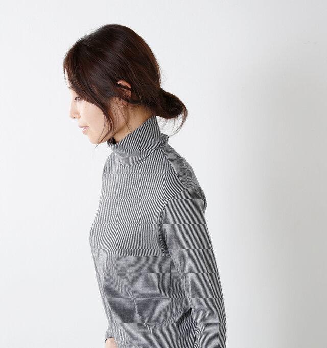 裾の丈感とお袖の長さのバランスがとれた端正なデザイン。タートル部分にもしっかり存在感があります。一見するとフィットしたタートル部分も実際は首回りとふんわり優しくホールド。窮屈感もなく快適です。