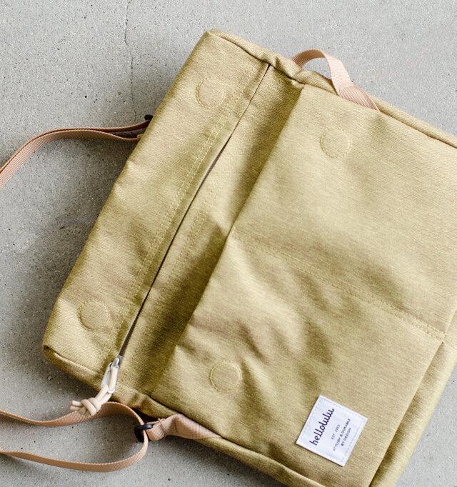 フラップを開けると前面に二か所のセパレートポケットと、ジップポケットが配されています。