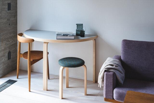 (画像天板カラー:ペールグレー)  どんな場所でもスペースを有効に使える、便利な半円テーブル。 2台を組み合わせて円形や変形のテーブルとしても使え、 また壁にぴったりと合わせて、など、いろいろな用途で大活躍まちがいなしです。