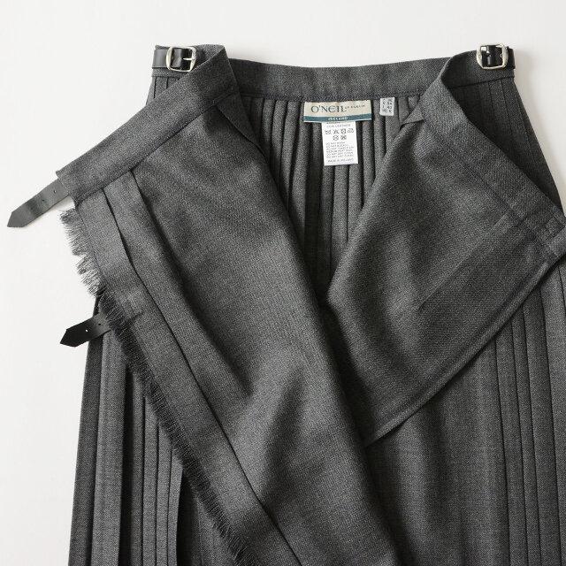 1枚のスカートを腰に巻き付けてベルトで留める伝統的なラップデザインに。