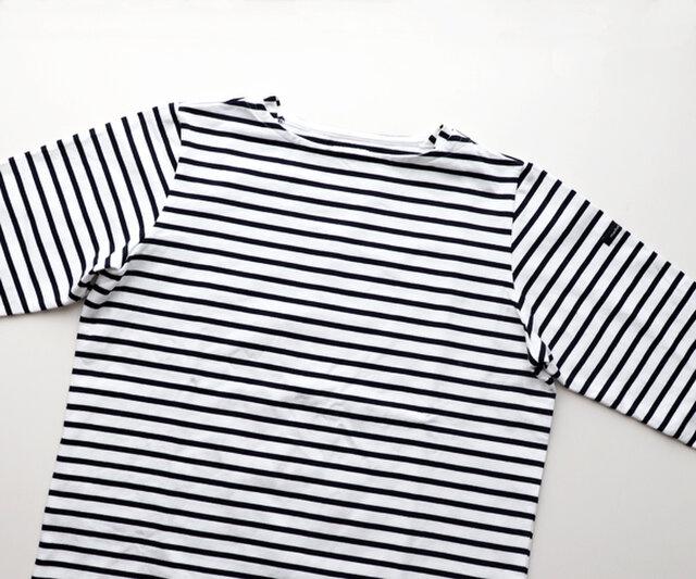 すっきりとしたネックラインとジャストなサイズ感が使いやすい。 ネックレスやブローチで個性をプラスしてみたり、重ね着もおすすめです。