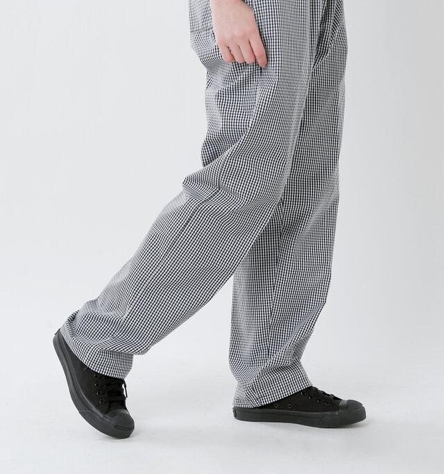 総丈が長めに設定されているので、裾がたわむ感じがメンズライクでかっこいい。 サンダルなどとコーディネートするときはロールアップしてすっきりと見せても◎。