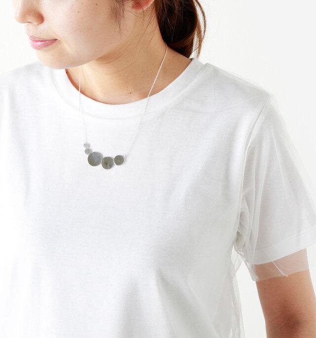 夏のカジュアルなTシャツスタイルにも、素敵なアクセントになります。 model yama height : 167cm / weight : 49kg color : silver / size : one