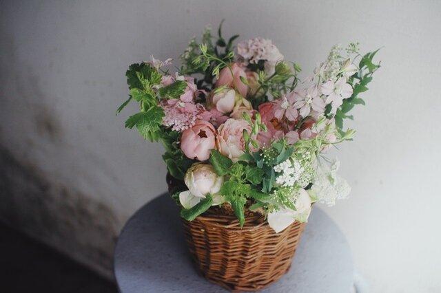 アレンジメントは花器にいけたり、水を替える手間がなくそのまま飾っていただけます。
