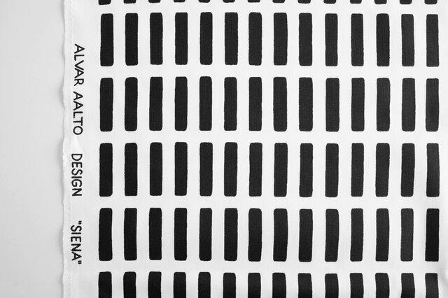 「SIENA(シエナ)」はartek(アルテック)社の創業メンバーの一人、偉大な建築家・デザイナーである「Alvar aalto(アルヴァー・アールト)」によって1954年にデザインされました。角の丸い長方形が規則的に並んだ柄は、イタリア・トスカーナに在るシエナ大聖堂の大理石の縞模様を連想させます。ヘルシンキにあるアールトの自邸でもカーテンやピアノカバーとして使われている柄です。カラー展開も全5色と豊富!インテリアに合わせて選べるのが嬉しいですね。