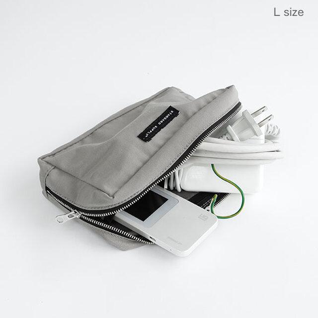 Lサイズは、トラベルポーチ、コスメポーチとしてはもちろん、充電器やそのコード類の整理ポーチとしても使いやすいサイズです。内側2カ所にしきりポケット付き。