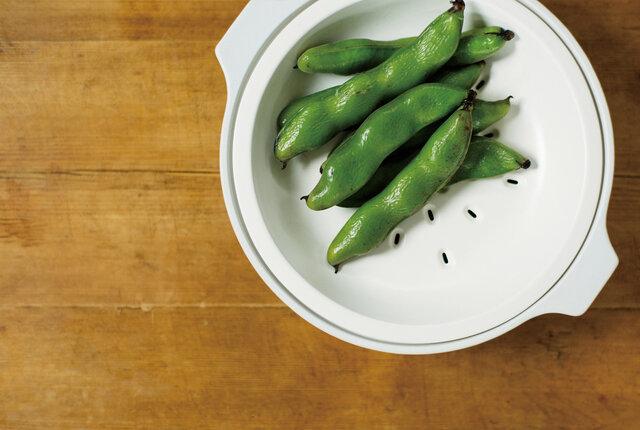 寄せ鍋に限らず、蒸し野菜、炊き込みご飯、スープなどの煮込み料理も愉しめます。 蒸し料理は鍋本体に水を入れて付属のすのこをセットし、火にかけるだけの手軽さ。旨味や栄養素をしっかり閉じ込め、油分を落としてくれるのでヘルシーに仕上がります。