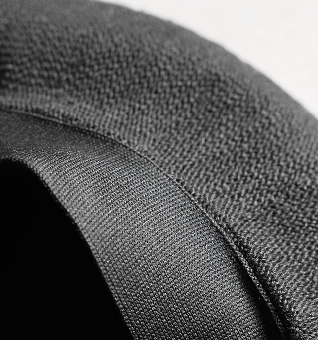 内側にはぐるりとテープが施され、汗などの汚れから生地を守ります。