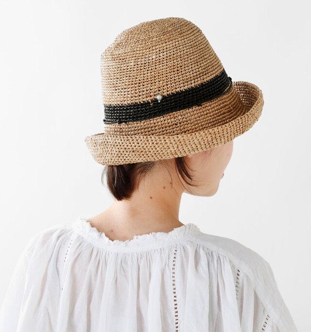 先をほんの少しくるりと折り返して動きを与えて。静かになりがちな帽子のスタイルに動きをプラスして、コーディネートにスパイスを効かせます。折り返す幅はお好みで♪