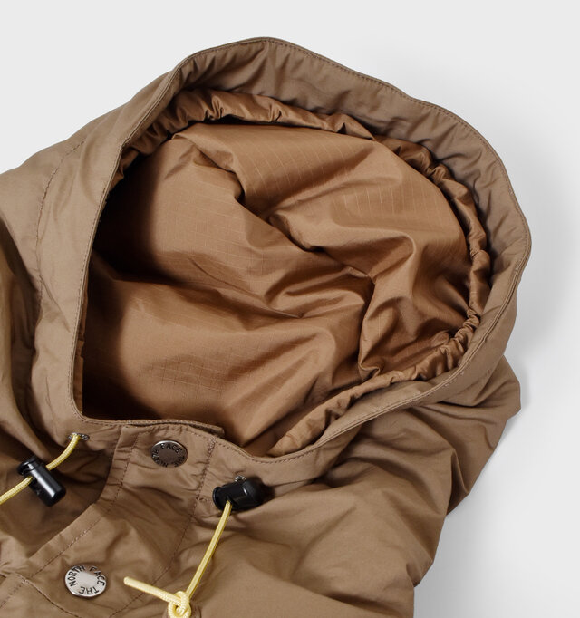 フードの内側は縁に沿ってぐるりとゴムを施し、被ったときに頭にフィットするようにデザイン。 風が強いときも脱げる心配を防いでくれます。