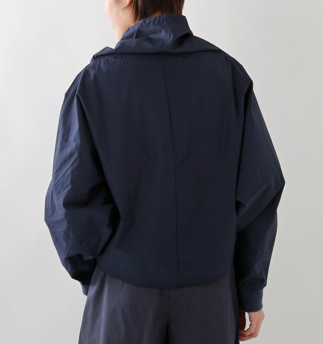 大きく袖幅をとったドルマンスリーブから生まれるふんわりとしたシルエットがかわいい一枚。